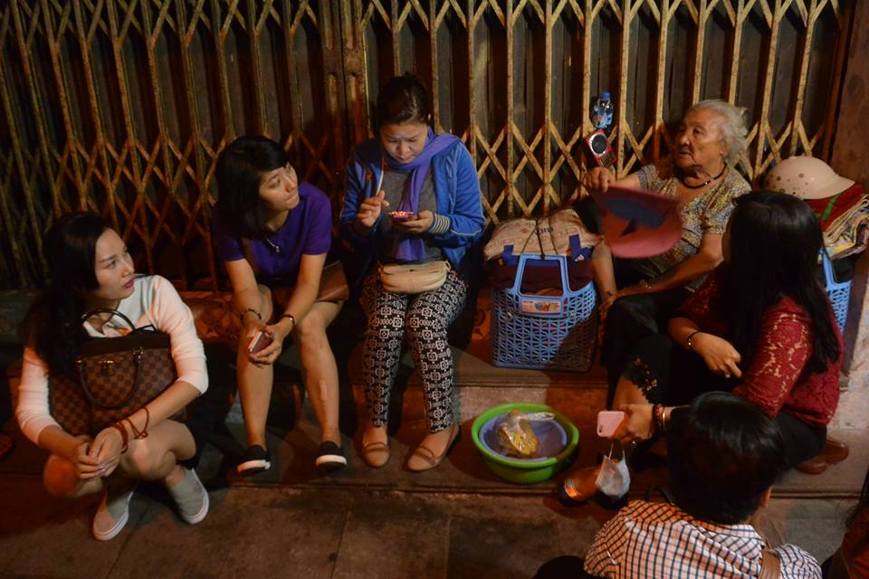 Tặng sữa và chuối cho những người vô gia cư ở Hà Nội đêm 23/10/2015