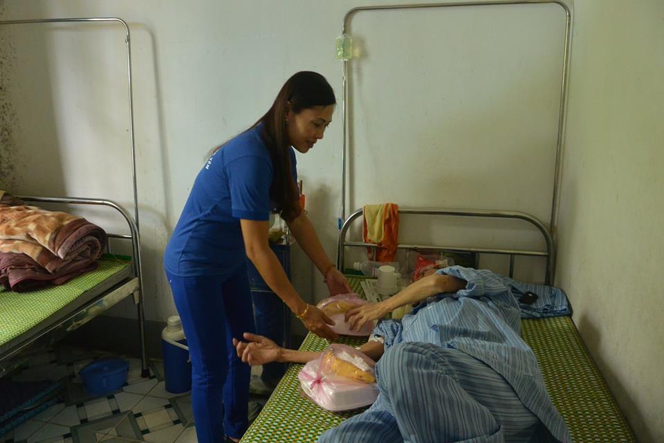 Suất cơm tình nghĩa và tặng chuối tại  bệnh viện Phúc Yên